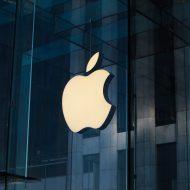 Le logo d'Apple sur la devanture d'un magasin.