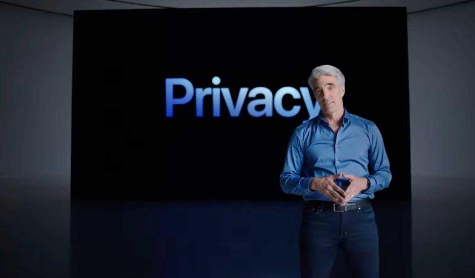 """Craig Federighi, vice-président chargé des logiciels chez Apple, devant un écran affichant le mot """"Privacy"""""""
