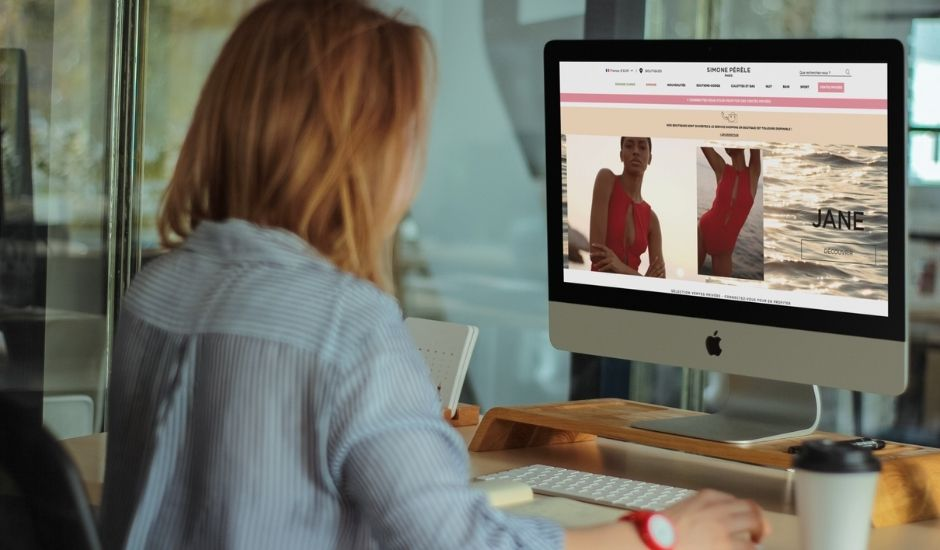 une femme regarde le site de Simone Pérèle