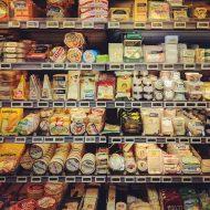 Photographie d'un rayon de fromages. Bientot il pourront être vendu grace au partenariat entre Carrefour et Amazon.
