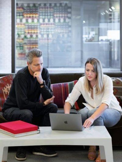 deux pro qui échangent sur le commerce conversationnel
