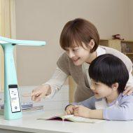 Photographie d'une maman et d'un enfant utilisant la lampe Dali de ByteDance.