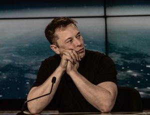 Elon Musk en train de répondre à des questions.