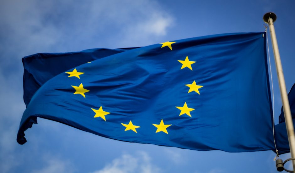 Le drapeau européen qui flotte dans les airs.