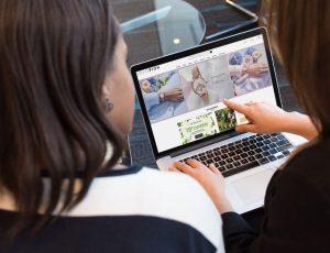 Deux personnes devant un ordinateur.