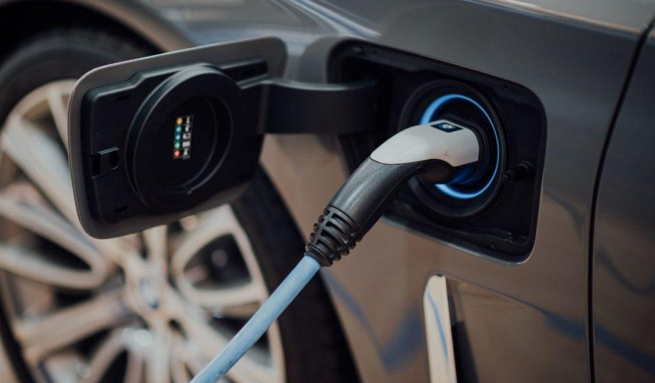 une voiture électrique en chargement