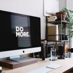 """un poste de travail affichant """"do more"""""""