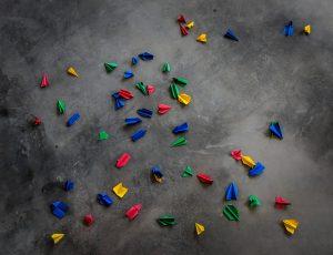 Photographie d'avions en papier aux couleurs de Google à terre. Un peu comme son management.