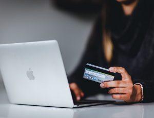 une femme qui rentre ses coordonnées bancaires sur internet