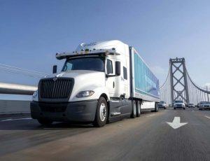 un camion PlusAI sur un pont