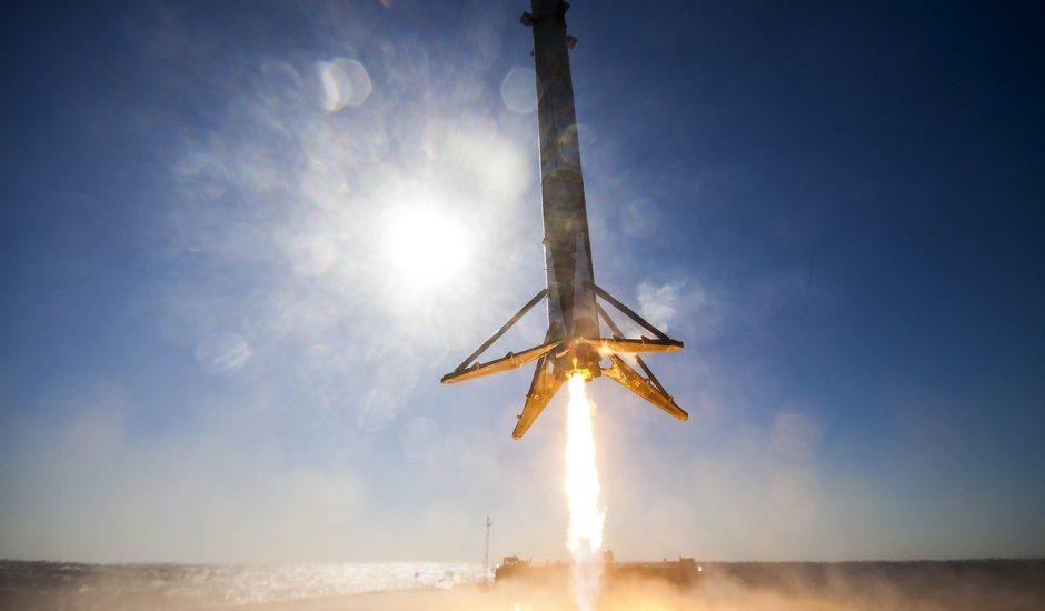 Un booster Falcon 9 en train d'atterrir pour être réutilisé.