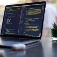 un écran de mac qui affiche des lignes de code