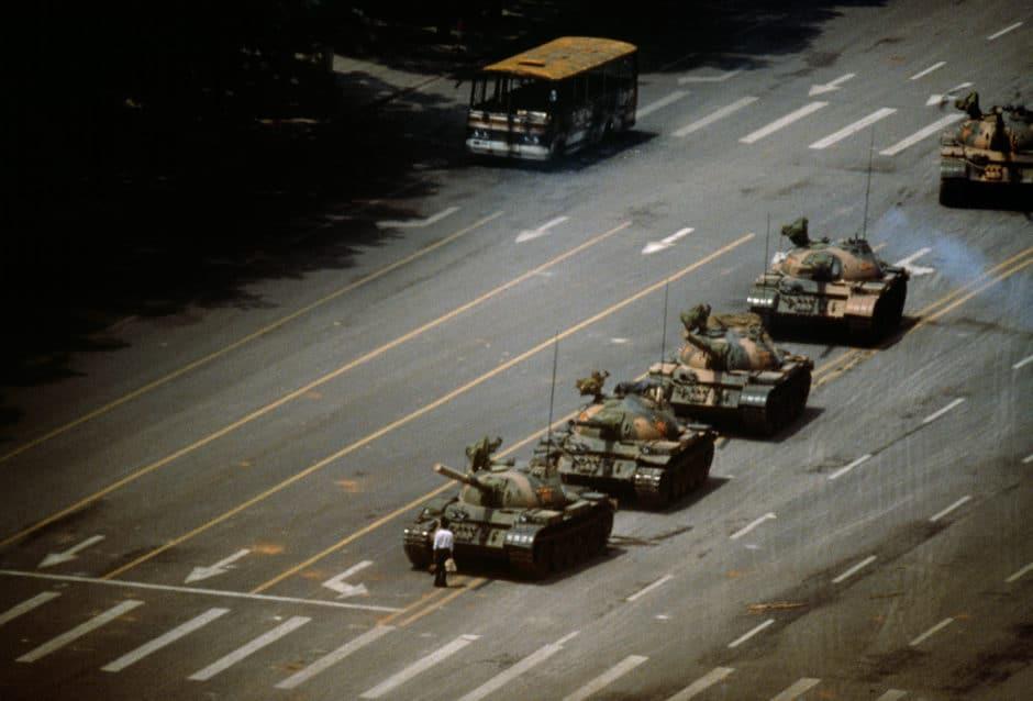 Photographie Tank Man prise lors du massacre de la place Tiananmen. Un homme est debout face à des tanks.