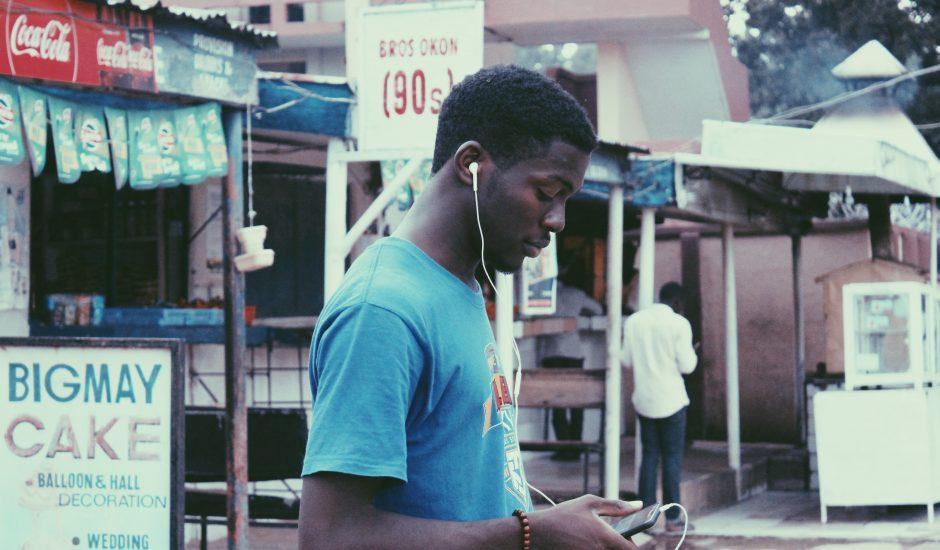 Photographie d'un adolescent sur son portable au Nigeria.