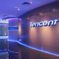Image de bureaux Tencent avec le nom de la marque sur un mur. Tencent mise sur le cloud.