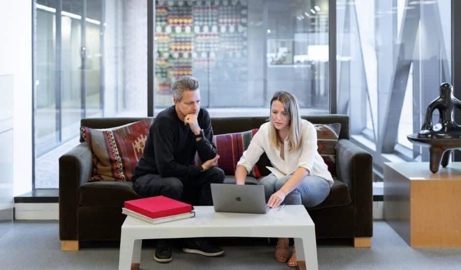 deux professionnels qui échangent sur le branding