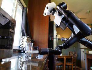 un robot nettoyant un plan de travail