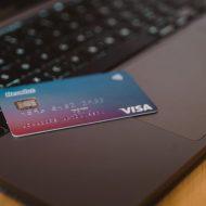 une carte bancaire visa sur un ordinateur