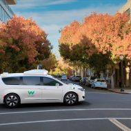Une voiture autonome de Waymo traverse un carrefour.