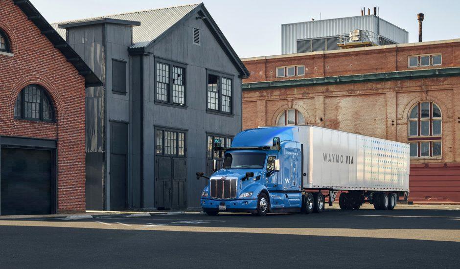 Un camion Waymo devant un entrepôt.