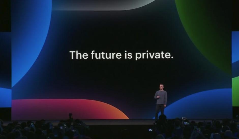 Photographie de Mark Zuckerberg devant un slogan The future is private.