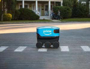 Le robot Amazon Scout traversant un passage piéton.
