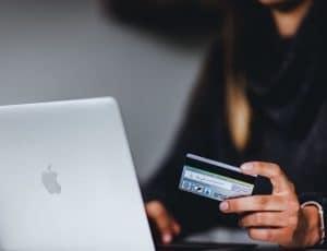 un client qui fait des paiements en ligne