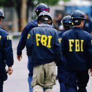 Photographie d'agents du FBI marchant de dos.