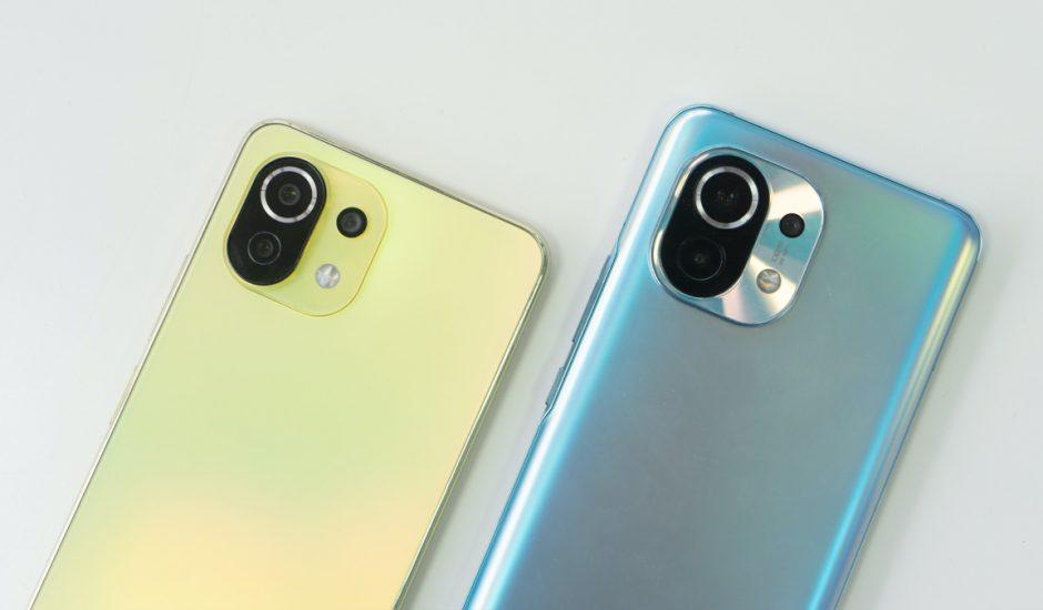 Deux smartphones posés sur une table.