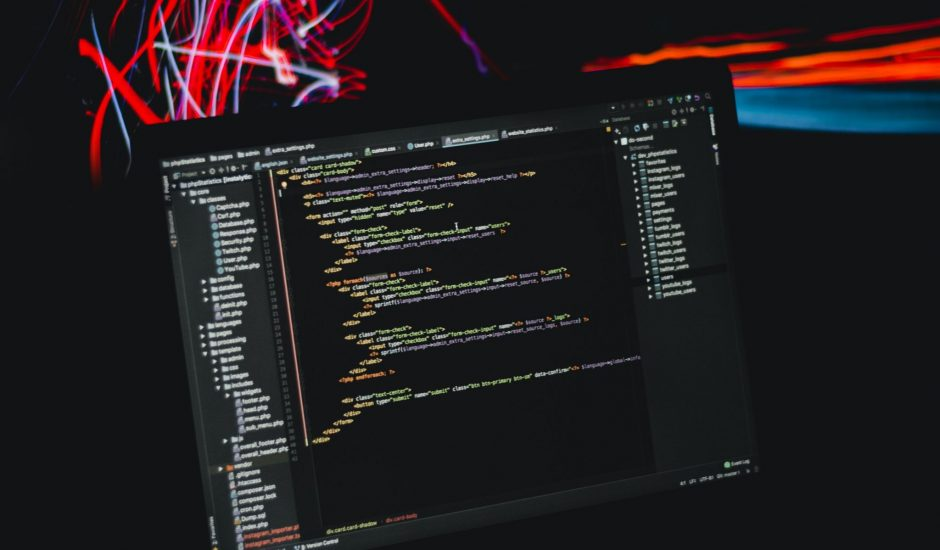 ordinateur avec code informatique