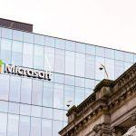 Le logo Microsoft sur un bâtiment.