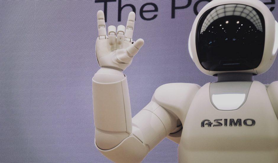 Photographie d'un robot faisant un signe de la main.