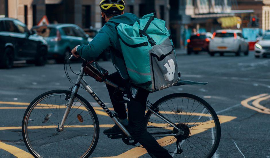 Un livreur Deliveroo sur son vélo.