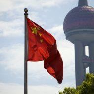 Un drapeau chinois flotte dans les airs.