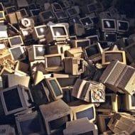 Salle remplie d'ordinateurs cassés