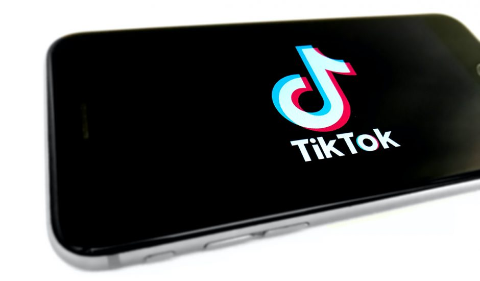 Un smartphone affiche le logo TikTok.