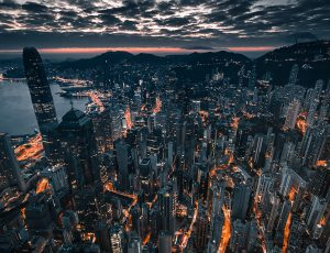 Une vue aérienne de Hong Kong la nuit