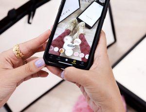 une personne essayant des gucci grâce à un filtre snapchat