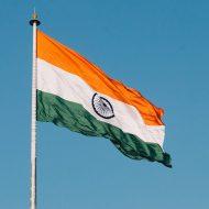Un drapeau indien flotte dans les airs.