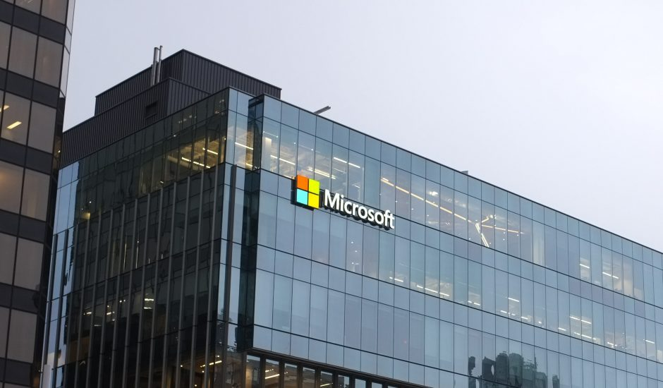 Un bâtiment avec le logo de Microsoft.