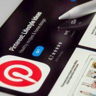 Une tablette ouverte sur l'application Pinterest.