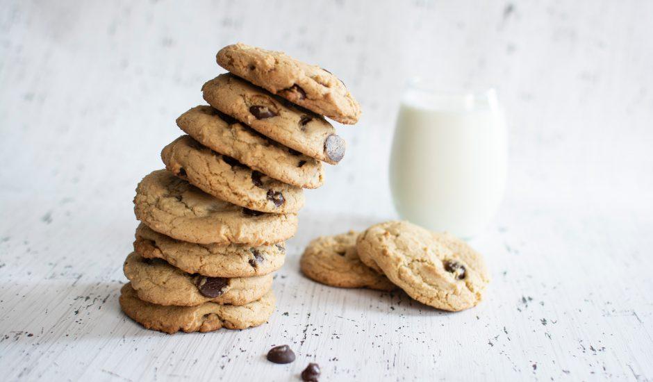 Une pile de cookies et un verre de lait