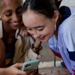 Deux femmes qui rient en regardant des vidéos TikTok.
