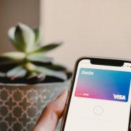 un téléphone avec une carte revolut dans apple pay