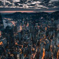 Une vue aérienne de Hong Kong la nuit.
