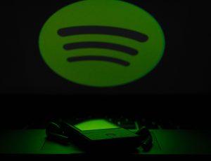 Le logo Spotify projeté au-dessus d'un smartphone.