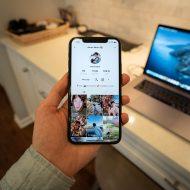 une personne tenant un iPhone avec un profil TikTok