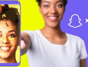 une femme qui tient un téléphone avec, dessus, un selfie avec un filtre