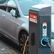 Photographie d'une voiture électrique pendant son chargement.