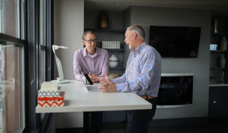 deux professionnels discutant de la meilleure solution collaborative